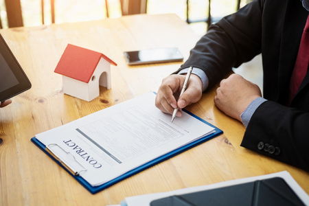 Photo pour Business signing a contract investment housing estate. Contract and agreement concept. - image libre de droit