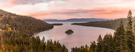 Foto de Panoramic sunset view over Fannette Island at Emerald Bay in Lake Tahoe, California, USA - Imagen libre de derechos