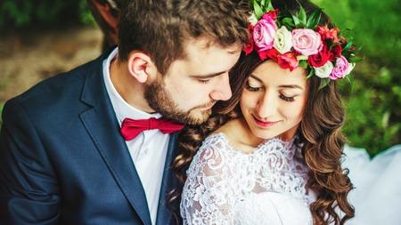 Photo pour Happy couple, bride & groom hugging near old tree - image libre de droit