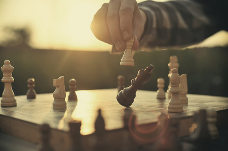 Photo pour Man playing chess - image libre de droit