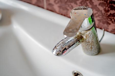 Photo pour Hard water calcium deposit on chrome tap - image libre de droit