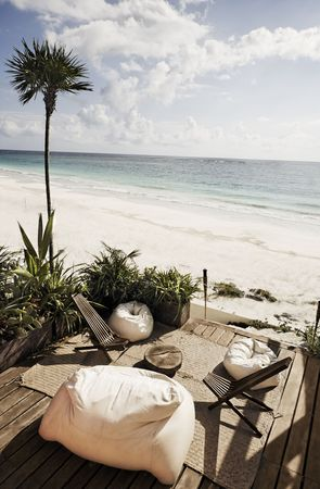 Photo pour terrace of a cabana with a view of the beautiful white sand beach of tulum in yucatan mexico          - image libre de droit