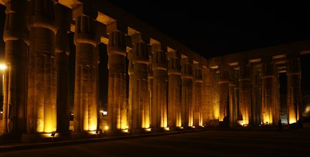 Photo pour view of the luxor temple by night in upper egypt - image libre de droit
