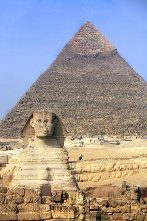 Foto de view of the sphynx with the pyramids of gizah near cairo in egypt - Imagen libre de derechos