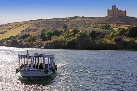 Foto de  boat cruising on the river nile with Aga Khan tomb on the shore near aswan in egypt - Imagen libre de derechos