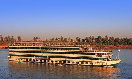 Photo pour hotel boat cruising  on the river nile in egypt - image libre de droit