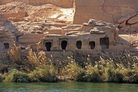 Photo pour Cliff Dwelling troglodytes house on the shore of the river nile in egypt - image libre de droit