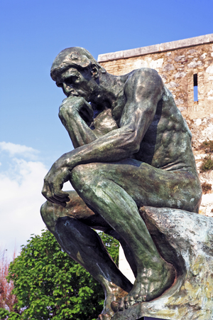Photo pour copy of the thinker of rodin of the typical south east of france old stone village of saint paul de vence on the french riviera refuge of many artist,painters,sculptors - image libre de droit