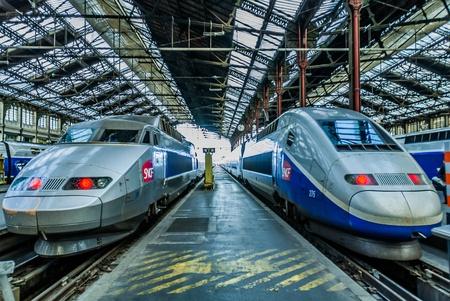 Foto de PARIS , FRANCE - JULY 7   TGV high speed french train in gare de Lyon station on July 7 , 2006 in Paris, France - Imagen libre de derechos