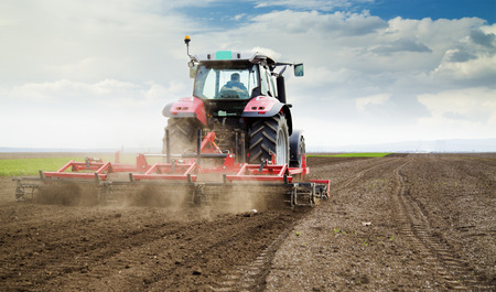 Photo pour Farmer in tractor preparing land for sowing - image libre de droit