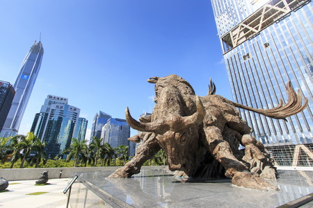 Photo pour Shenzhen, China - August 19,2015: Stock market building in Shenzhen, one of the three stock markets in China, with the copper bull statue on foreground. The others two Stock Markets of China are in Hong Kong and Shanghai. - image libre de droit