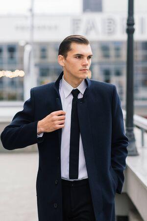 Photo pour Man in a stylish suit. Businessman in an autumn city - image libre de droit