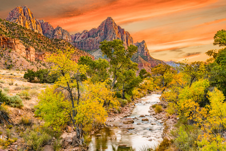 Photo pour Sunset at Watchman  peak along the Virgin river in Zion National Park, Utah - image libre de droit