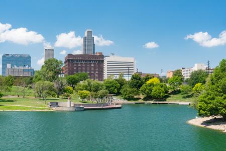 Photo pour City skyline of Omaha Nebraska from the Heartland of America Park - image libre de droit