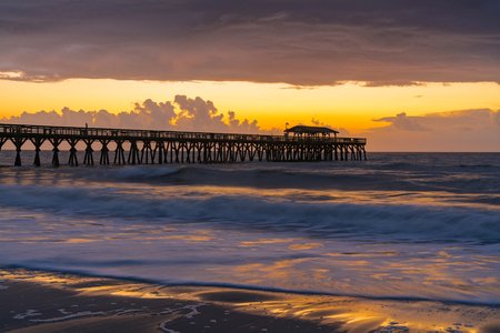 Foto de Sunrise along the pier in Myrtle Beach, South Carolina - Imagen libre de derechos