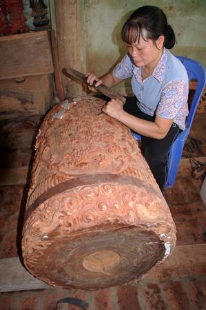 sculpture d'une cloche en bois