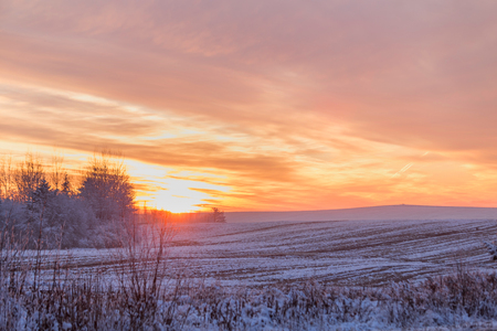 Photo pour Beautiful winter sunset. The first snow in the fields at sunset. - image libre de droit