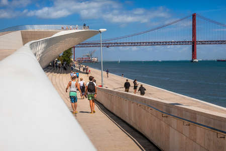 Foto per Museum of Art, Architecture and Technology with April 25 Bridge in the background spanning the River Tagus, Belem, Lisbon, Portugal - Immagine Royalty Free