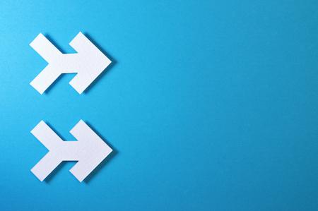 Photo pour Paper arrow shapes on color background - image libre de droit