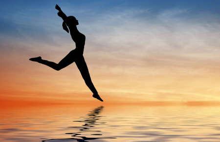 Photo pour silhouette jump girl on water - image libre de droit