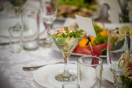 Photo pour Banquet hall in the restaurant. Concept: Serving. Celebration Anniversary Wedding - image libre de droit