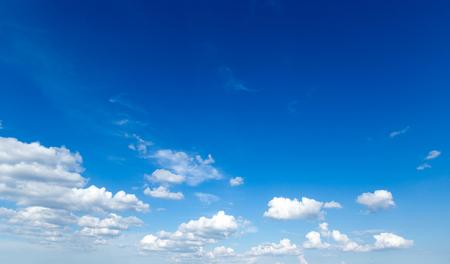 Photo pour blue sky background with tiny clouds - image libre de droit