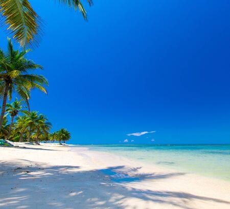 Photo pour Beach and beautiful tropical sea.  - image libre de droit