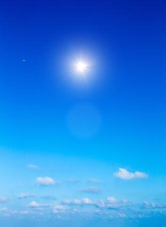 Photo pour Blue sky with white clouds - image libre de droit