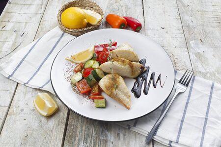 Photo pour Fish dish - fried fish fillet and vegetables - image libre de droit