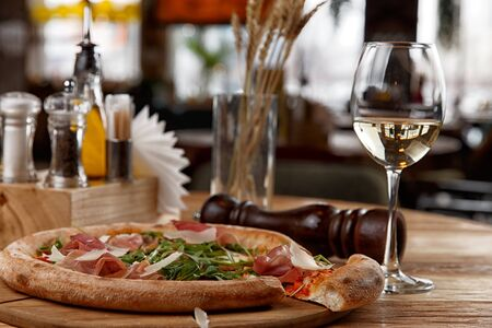 Photo pour pizza with jamon and herbs on a wooden table - image libre de droit