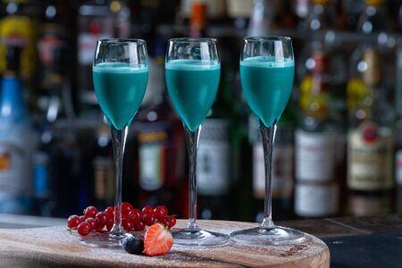 Photo pour bright cocktails cocktails at the bar - image libre de droit