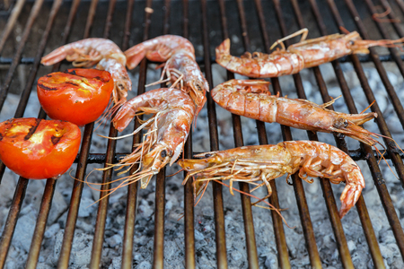 Photo pour shrimps cooked on the grill with tomatoes closeup - image libre de droit