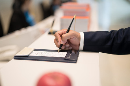 Photo pour Signature with hand and pen - image libre de droit