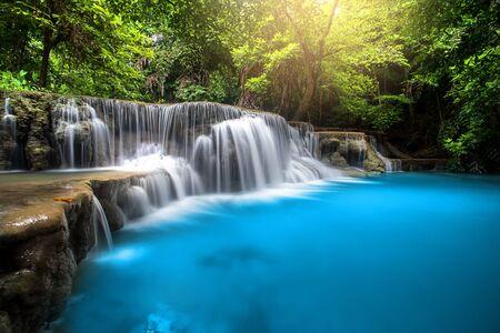 Photo pour Huay Mae Kamin Waterfall, beautiful waterfall in rainforest at Kanchanaburi province, Thailand - image libre de droit