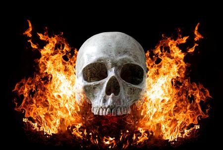 Photo pour Head skull in flame on dark black background. the symbol of dead. - image libre de droit