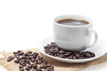 Photo pour Coffee cup and coffee beans on white background. - image libre de droit