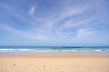 Photo pour Beautiful sandy beach and tropical sea in summer season - image libre de droit