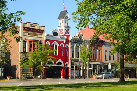 Photo pour Medina, Ohio - May 19, 2012: East Washington Street in Medina, Ohio, features a historic town hall and firehouse (bright red building) more than 130 years old. - image libre de droit