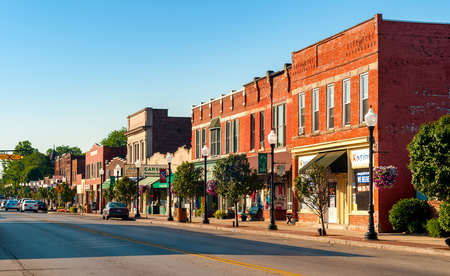 Foto de BEDFORD, OH - JULY 25, 2015: The main street of this small Cleveland suburb features many old buildings over a century old. - Imagen libre de derechos