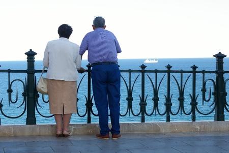 Personas mayores mirando el mar