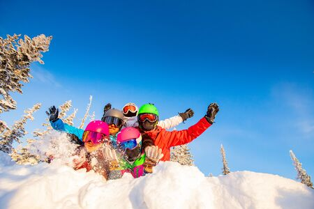Photo pour Group of happy friends having fun in winter forest. Snowbarders and skiers group team friendship ski resort. - image libre de droit