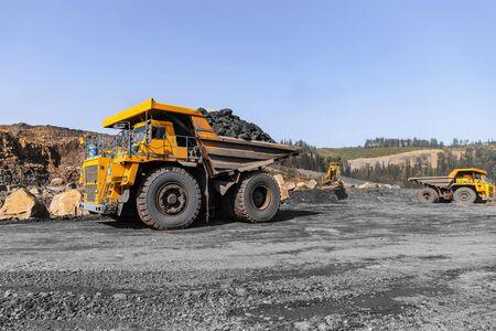 Photo pour Big yellow mining truck for coal move. Open pit mine industry - image libre de droit