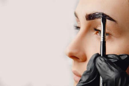 Photo pour Master tinting of eyebrow hair women, brow correction - image libre de droit