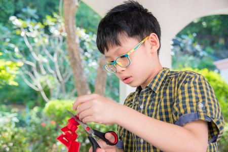Photo pour boy cutting paper - image libre de droit