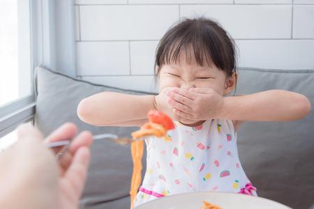 Photo pour Little girl close her mouth by hands - image libre de droit