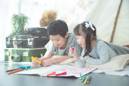 Photo pour Siblings drawing on the floor - image libre de droit