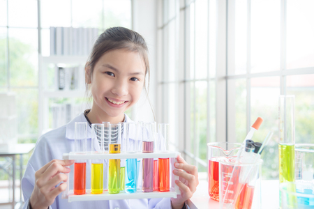 Photo pour Young asian school girl standing and smiles in chemistry classroom ,education concept. - image libre de droit