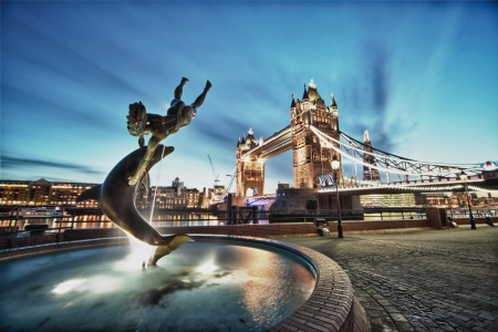 Photo pour Tower Bridge and St Katharine Docks Girl with a dolpin fountain - image libre de droit