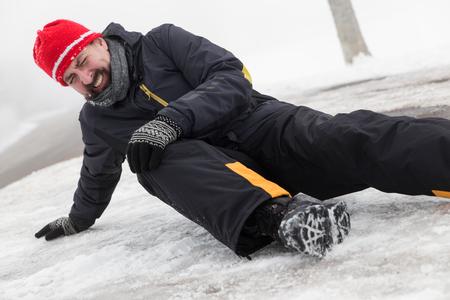 Photo pour Man has an accident on a icy Street - image libre de droit
