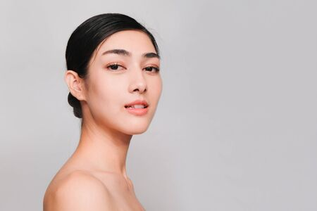 Photo pour young beautiful asian woman with clean and bright skin, Cosmetic Beauty Concept,looking,smiling and friendly face isolated on grey background - image libre de droit